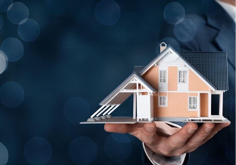 Haus für den Immobilieverkauf auf einer Hand